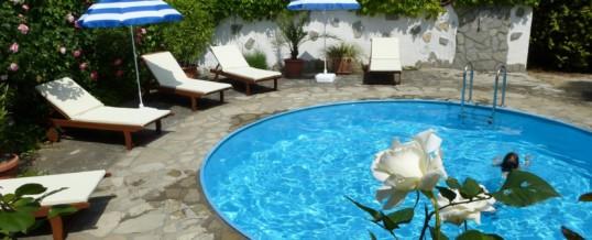 Új napozóágyak a medencénél!